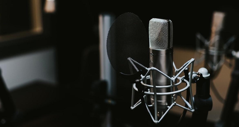 Quase 900 mil podcasts foram lançados no mundo em 2020. Três vezes mais que em 2019