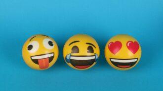 bolas pintadas como emojis sobre fundo azul