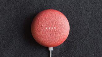 Imagem mostra um dispositivo de assistente digital vermelho